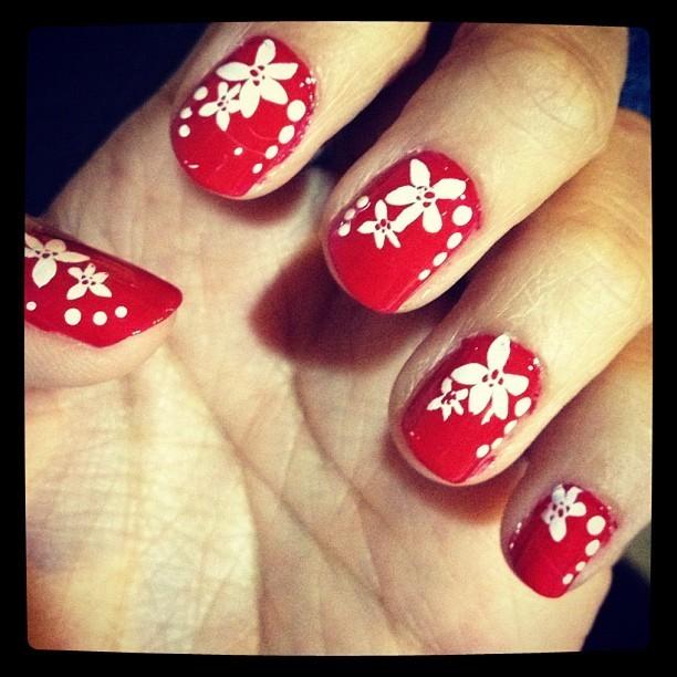 Класически червен маникюр с бели цветя