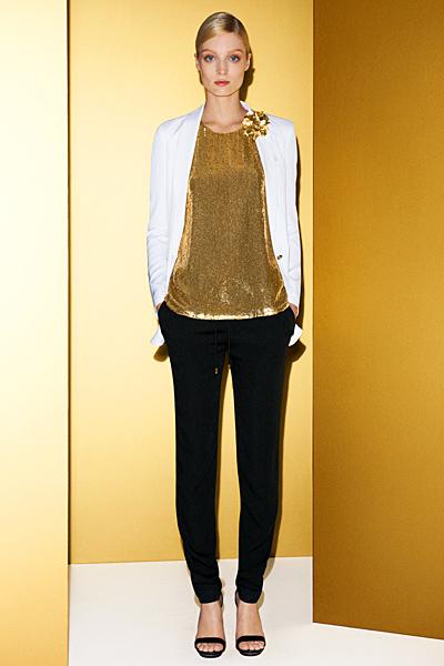Слим панталон със златист топ и бяло сако Gucci 2012