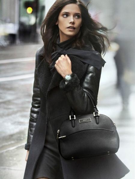 Ашли Грийн в черно палто с средно голяма чанта DKNY есен 2012