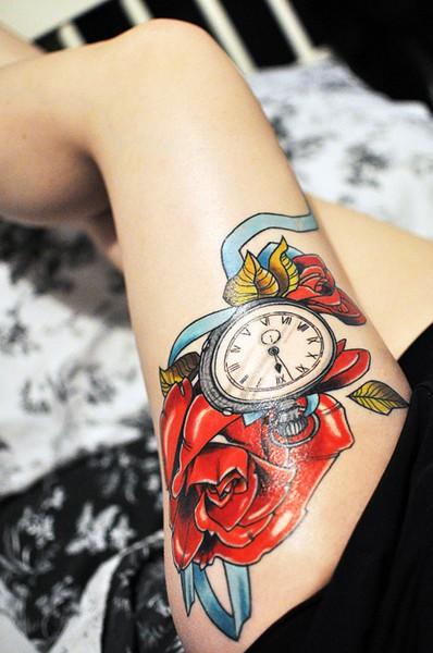 Цветна татуировка на бедрото часовник