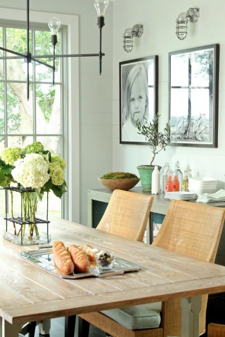 Малка кухня с дървена маса и плетени столове