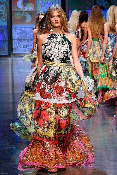 Дълга ефирна рокля на волани с много шарки D and G пролет-лято 2012