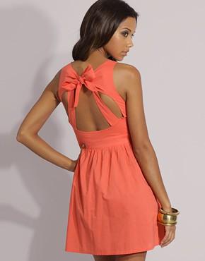 Прасковено розова рокля с панделка на гърба