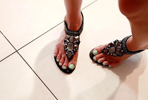 Равни сандали с кафеви камъни и мъниста