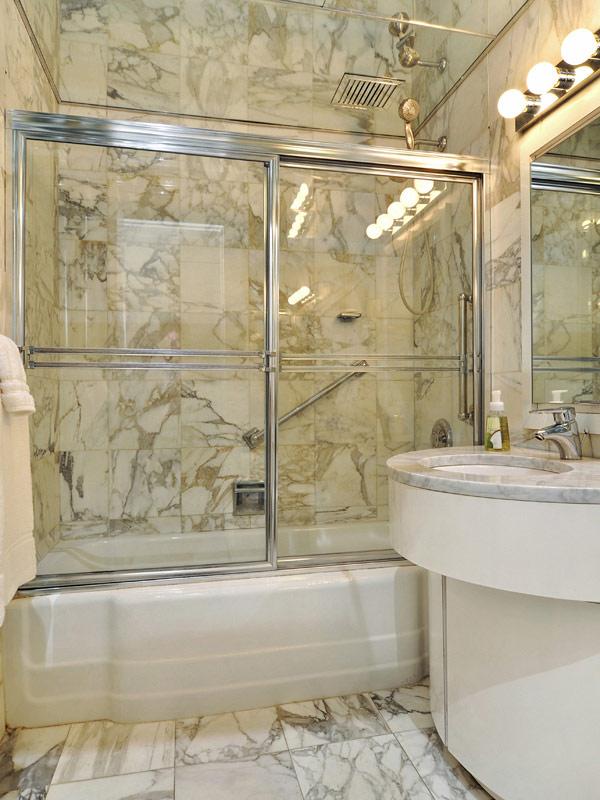 Достъпен лукс в пентхаус в Ню Йорк - баня с мрамор