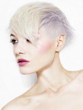 Много къса бяло руса коса сресана напред в асиметрична прическа