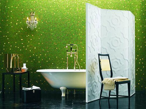 Модерна баня с ярко зелени плочки и черен под