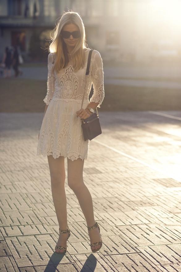 Супер лека дантелена рокля в мръсно бяло за претенциозната жена
