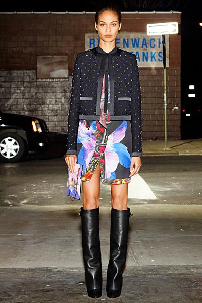 Къса рокля на големи цветя с късо тъмно синьо сако на точки Givenchy 2012