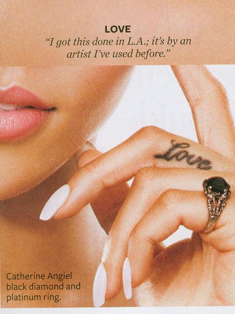 Татуировка Love на средния пръст на Риана