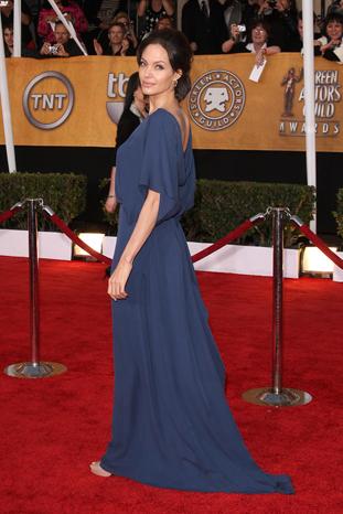 Анджелина в дълга синя рокля без гръб на BCBG Max Azria