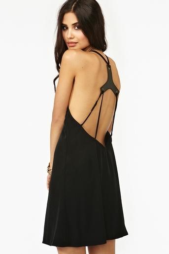 Черна рокля с тънки презрамки през гърба