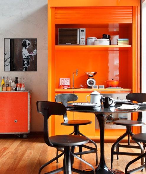 Модерна кухня с оранжеви модули