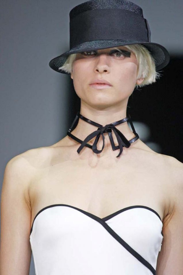 Emporio Armani кокетна черна плетена шапка с ленти