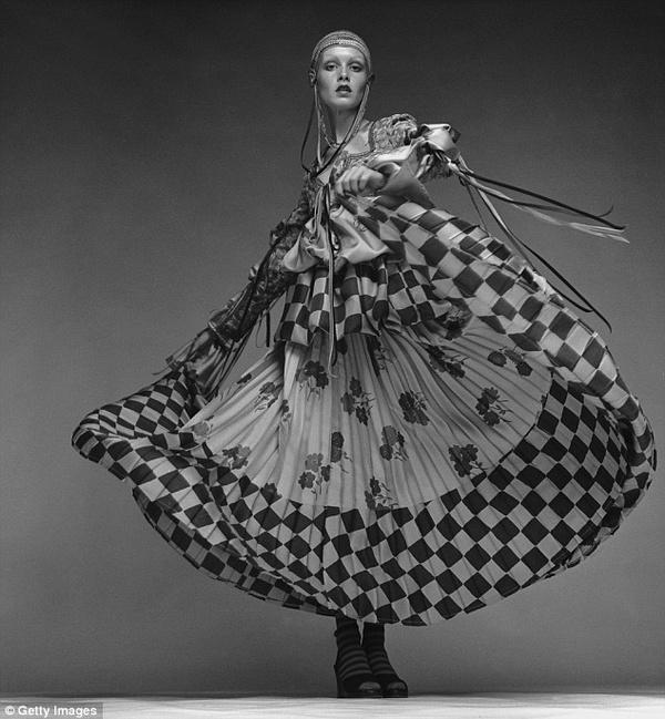 Емблематичната рокля на Bill Gibb, с която Туиги се появява на премиера през 1971 г.