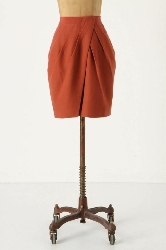 Червена пола с бричове