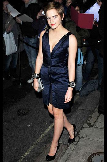 Ема Уотсън в дръзка къса тъмно синя рокля с остро деколте