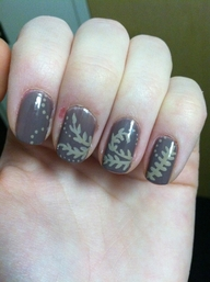 Декорация за нокти листа върху сива основа