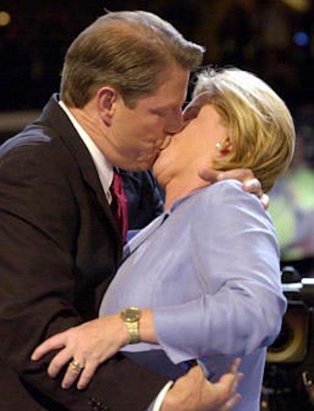 Ал и Типър Гор се целуват