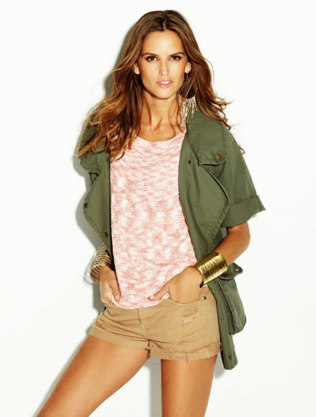Изабел Гулар в къси панталонки, розов топ и зелено сако Blanco