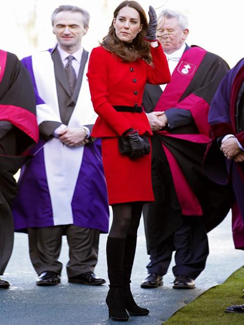Кейт в ярко червен костюм пола със сако
