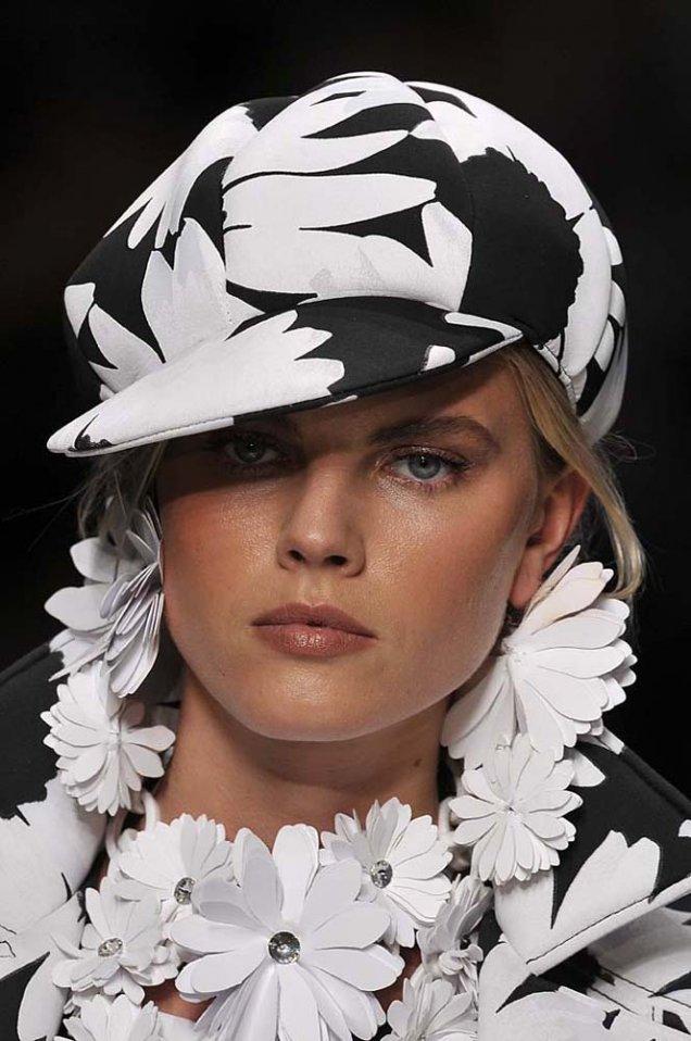 Blumarine каскет в черно с големи бели цветя