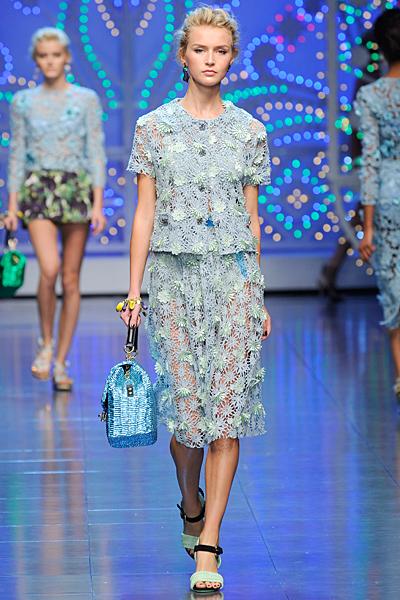 Дантелен костюм в бебешко синьо с пола Dolce and Gabbana Пролет-Лято 2012