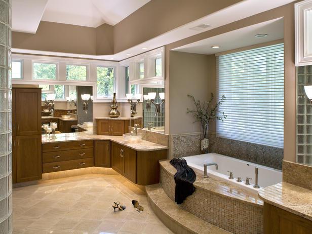 Дизайн голяма баня с вана в няколко нюанса бежово