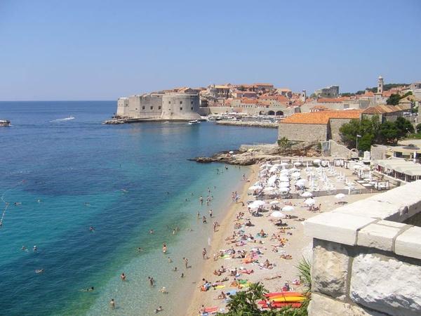 Плажът на Дубровник и крепостните стени