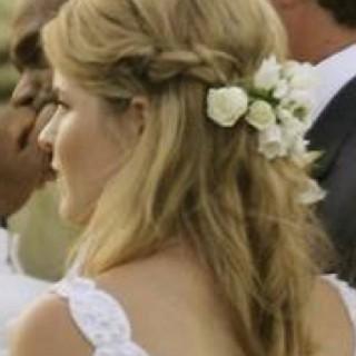 Сватбена прическа със събиращи се отзад френски плитки и розички