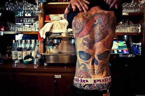 Татуировка на целия гръб черен и дракон