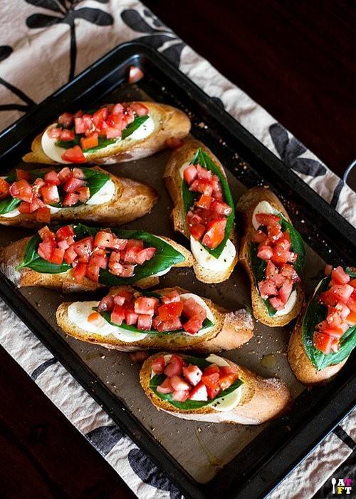 Брускети с мозарела, пресен босилек и домат