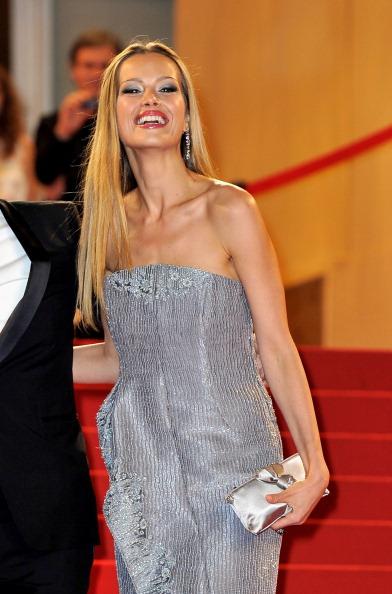 Петра Немцова в сребриста рокля без презрамки Кан 2012