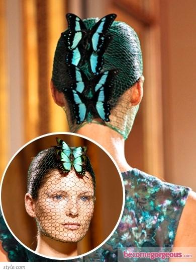 Прибрана коса с мрежа отгоре с пеперуди Giambattista Valli