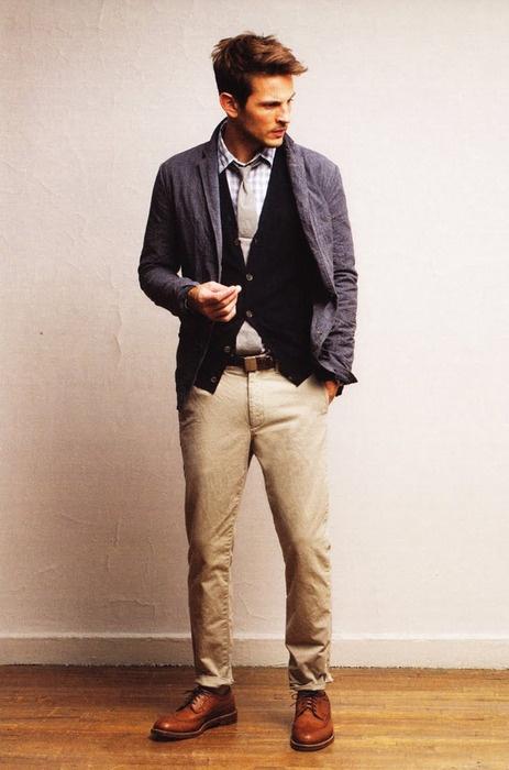 Бежов панталон, синя жилетка и сиво сако - класическият мъж