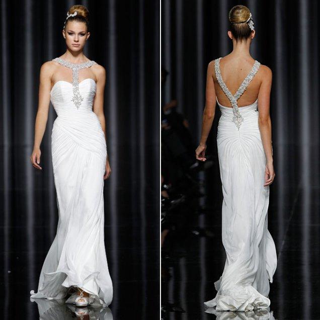 Булчинска рокля с презрамка от камъни през гърба Pronovias