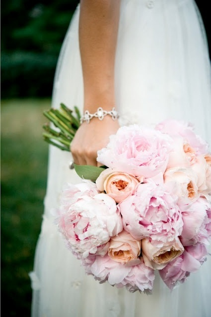 Сватбен букет от розови божури и рози в прасковено