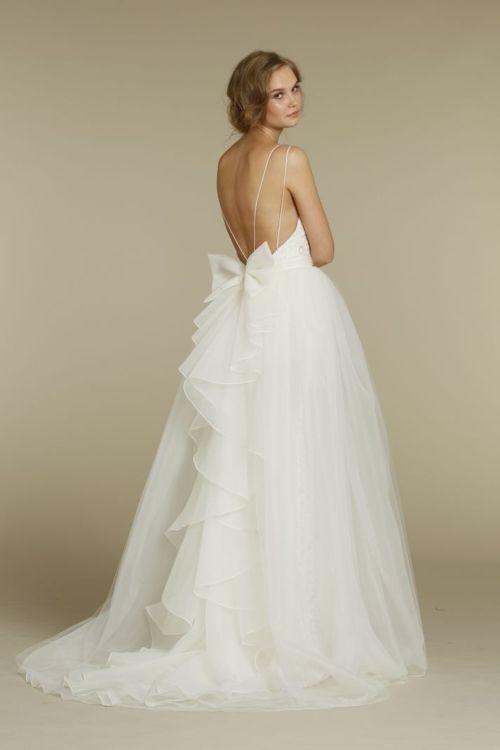 Супер нежна булчинска рокля с гол гръб, тънки презрамки и малка панделка на кръста