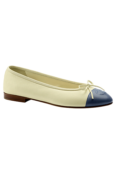 Равни обувки в мръсно бяло със синя муцунка Chanel круизна колекция 2012