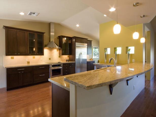 Модерна кухня с тъмни шкафчета и светъл плот