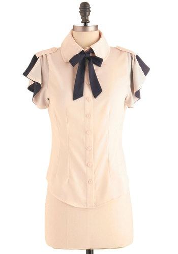 Кремава риза със синя панделка