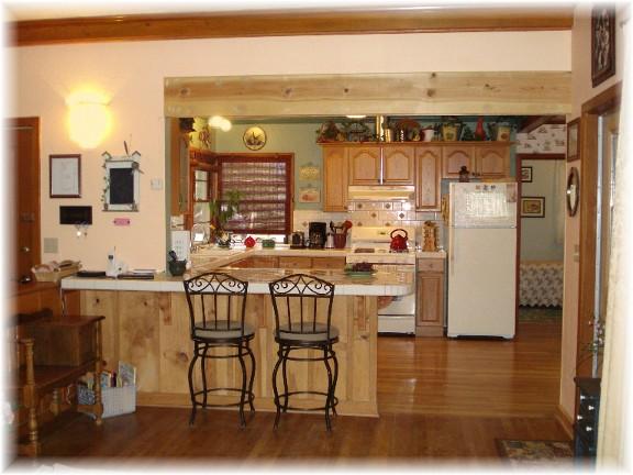Кухня с нисък бар плот