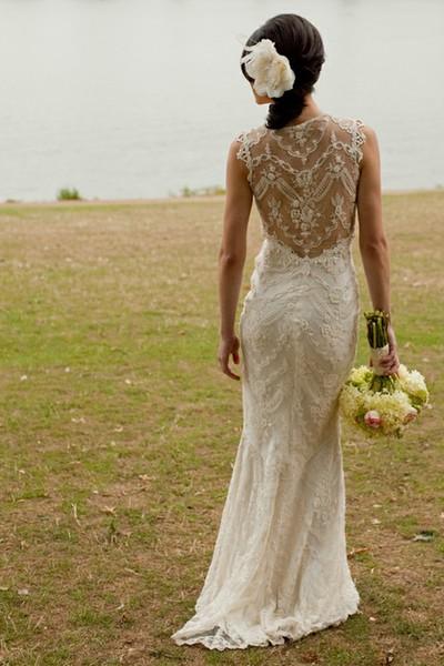 Булчинска рокля с прав силует с гръб деликатна дантела