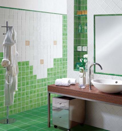 Баня с фигурално наредени плочки на стената в бяло и зелено