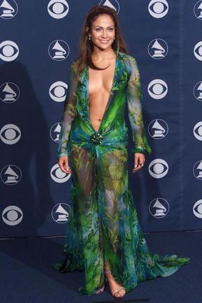 Дълбоко изрязаната копринена рокля Versace, носена от Дженифър Лопез на наградите Грами 2000 г.