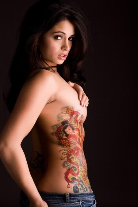 Татуировка гейша на ребрата