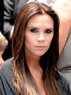 Виктория Бекъм с дълга права коса на кичури разделена в средата
