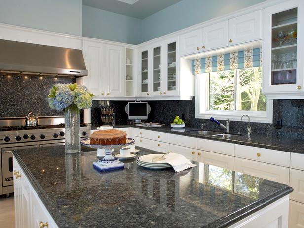 Модерна кухня с бяло дърво шкафчета с кухненски остров