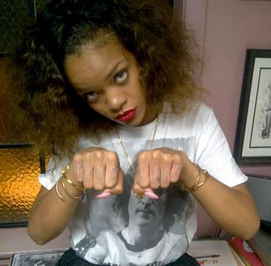 Риана си татуира Thug Life на пръстите в памет на Тупак