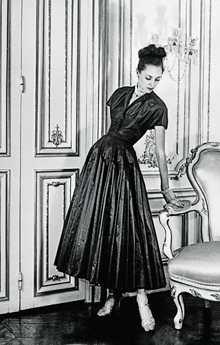 Дълга разкроена рокля с тънка талия